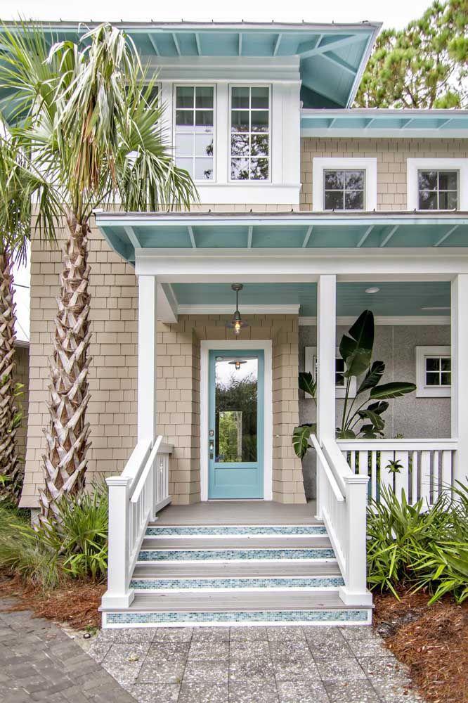 O azul garante frescor a essa casa tropical; já a palmeira na entrada revela o estilo sem gerar dúvidas
