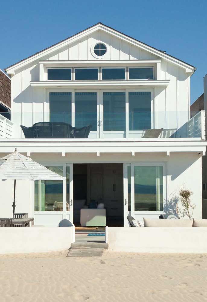 Cores claras e neutras se harmonizam perfeitamente com as casas de praia