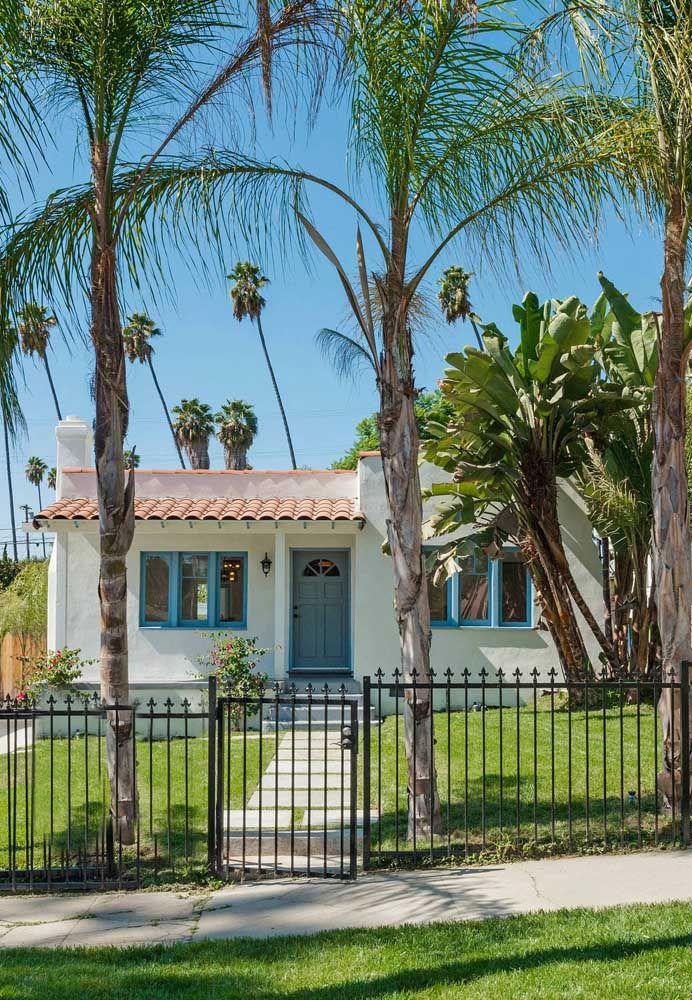A casa simples e acolhedora apostou em um jardim amplo e fresco com as palmeiras e bananeiras