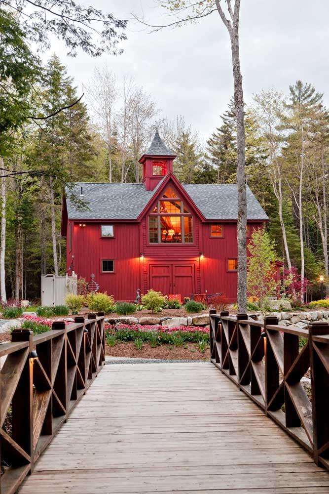 O uso da madeira traz rusticidade à casa de fazenda; já as cores quentes transmitem calor e aconchego à construção