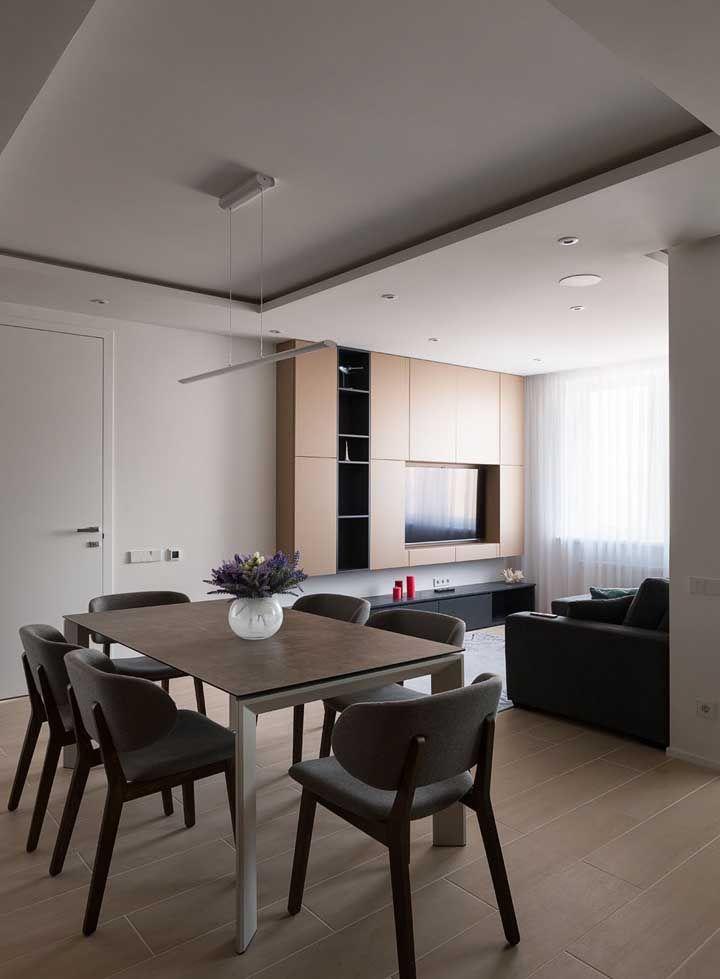 Porcelanato que imita madeira como opção desta sala integrada à sala de jantar