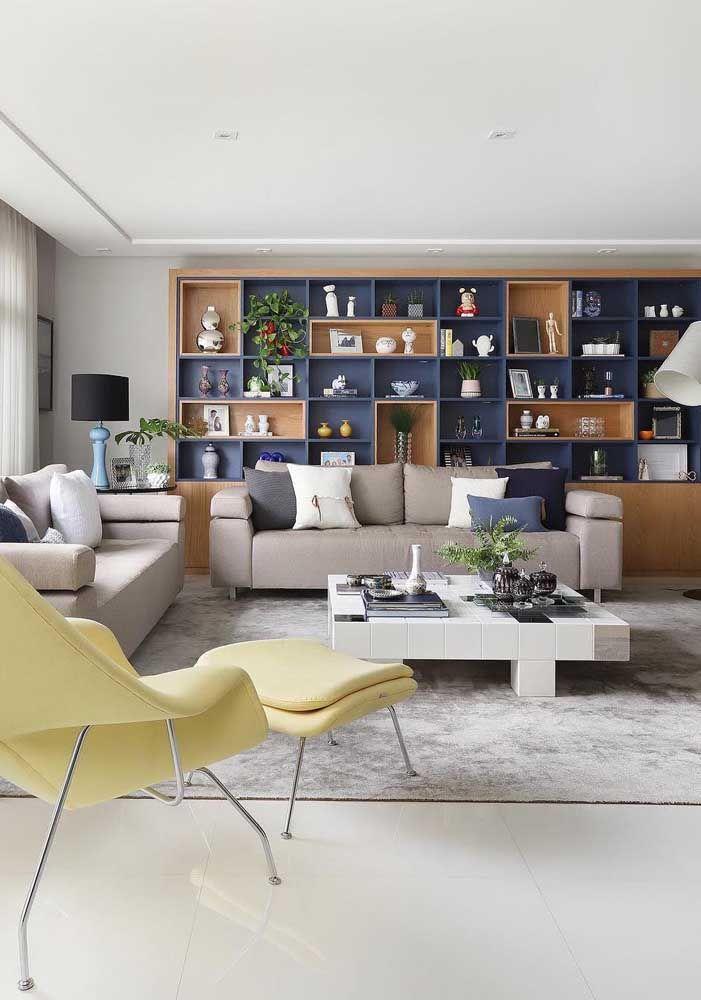 Sala de estar com porcelanato polido branco para receber os convidados de uma forma clean e elegante