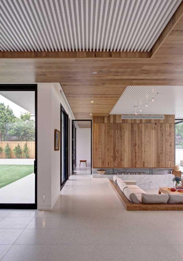 Uma opção de porcelanato esmaltado em tom mais claro para o espaço integrado da casa