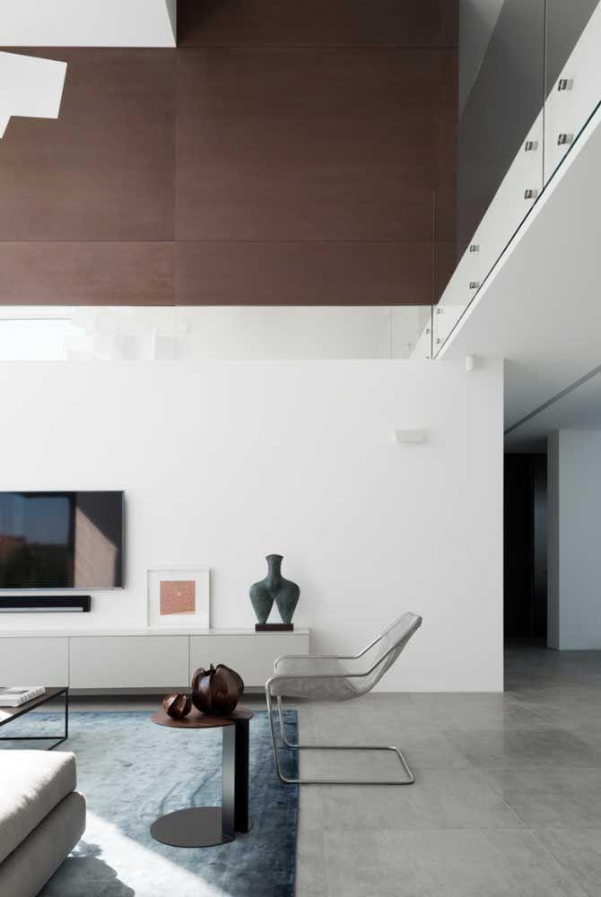 A sala de estar ganhou um ar jovial e moderno com o porcelanato fosco em estilo cimento queimado.