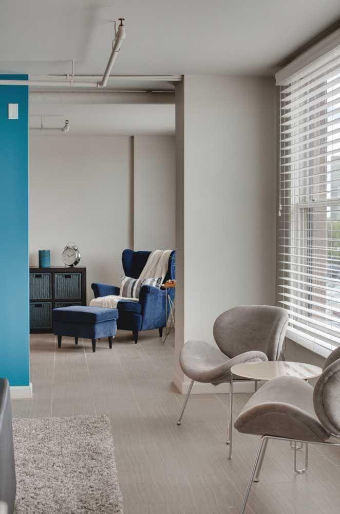 Peças pequenas de porcelanato para a sala de estar; o acabamento esmaltado ficou perfeito no ambiente