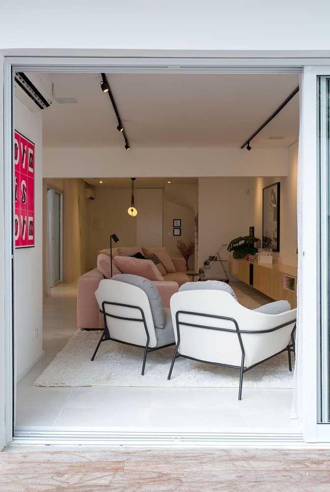 A pequena sala de estar ganhou superioridade com o porcelanato branco acetinado