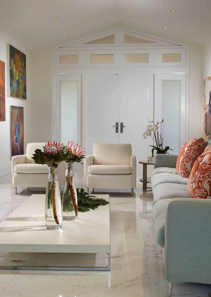 Salas clássicas e luxuosas pedem opções de porcelanato polido, como no caso desta que chega próximo aos pisos de mármore