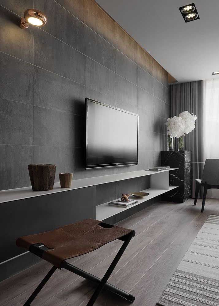 Porcelanatos amadeirados em formato de réguas para a sala moderna em conceito industrial; as divisões entre os pisos é quase imperceptível