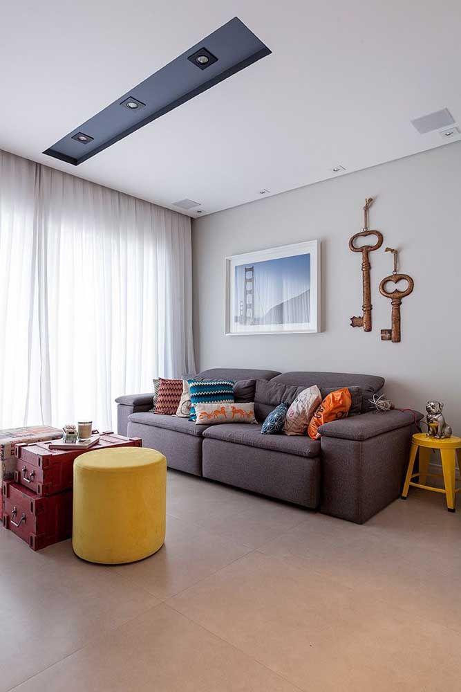 Nesta sala vemos um dos tipos mais procurados atualmente: o porcelanato no estilo cimento queimado, ideal para espaços modernos