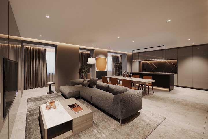 Quanto maiores as placas de porcelanato, mais bonito fica o acabamento; nesta sala, os desenhos estampados no piso impressionam