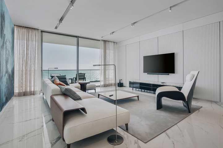 Porcelanato em tons brancos com alguns detalhes que se assemelham ao mármore para a sala moderna