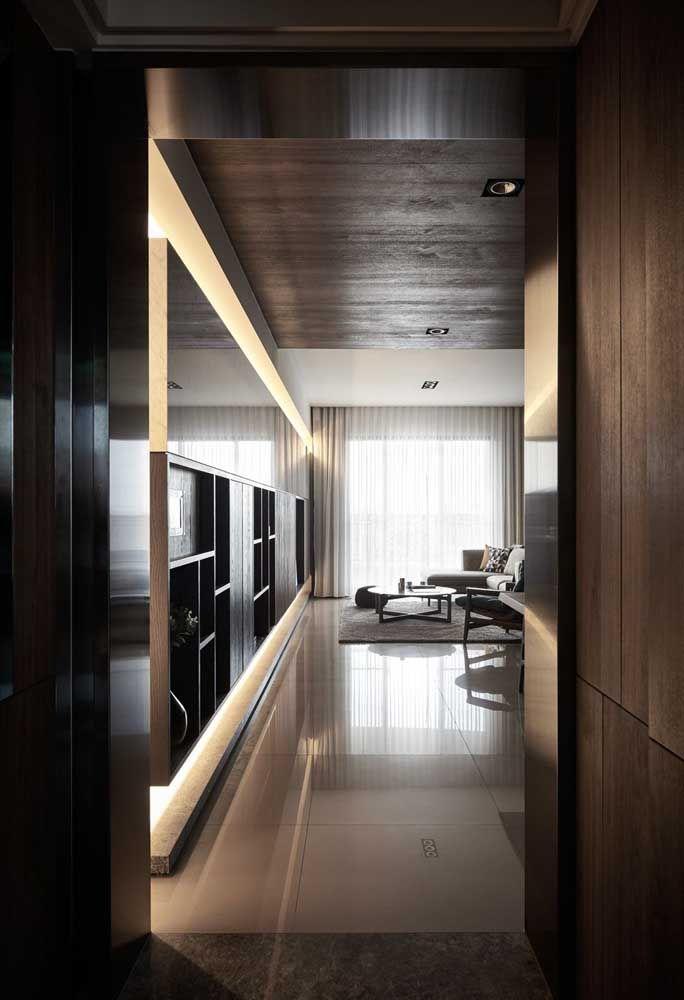O estilo clássico da sala de estar combinou perfeitamente com o porcelanato escolhido