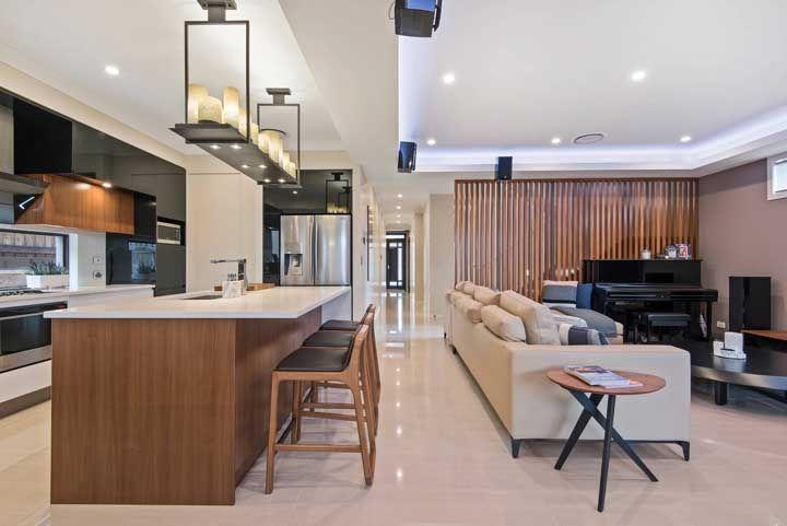 Porcelanatos polidos ajudam a aumentar o potencial de iluminação do ambiente por conta do reflexo no brilho do piso; um ótimo truque para a sala