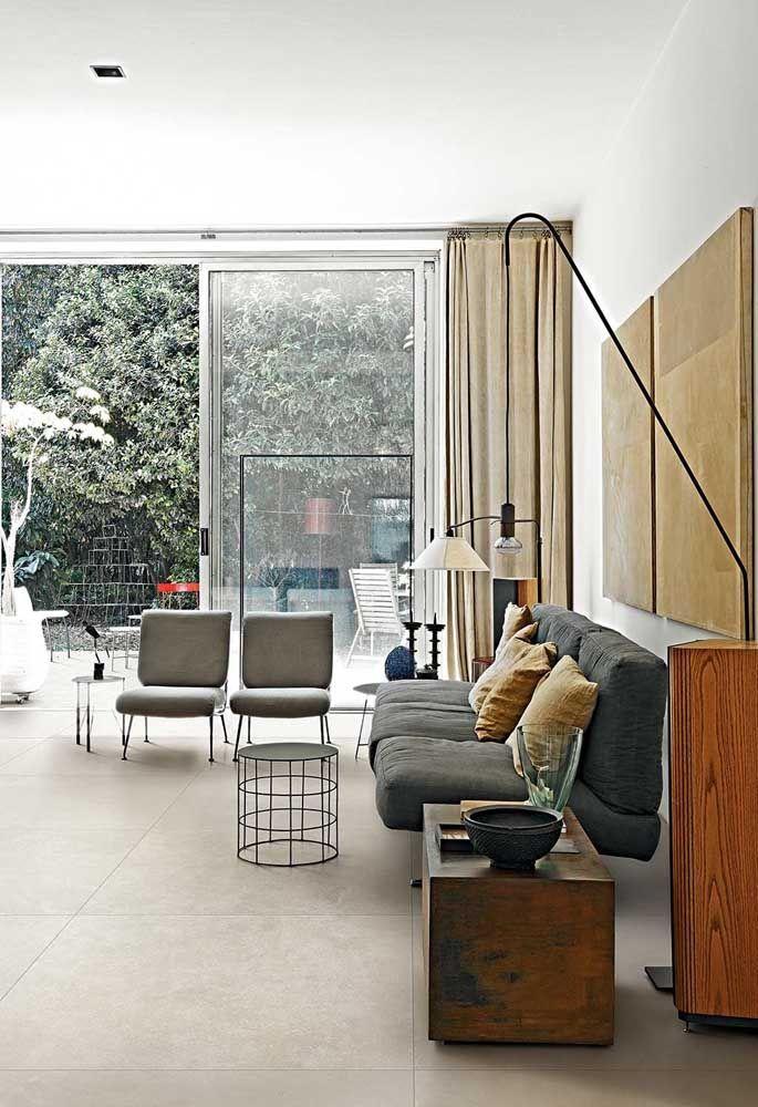 Mais uma inspiração de porcelanato em cimento queimado: aqui, a sala de estar recebeu o piso super bem, que, por sua vez, combinou com a extensão para a área externa