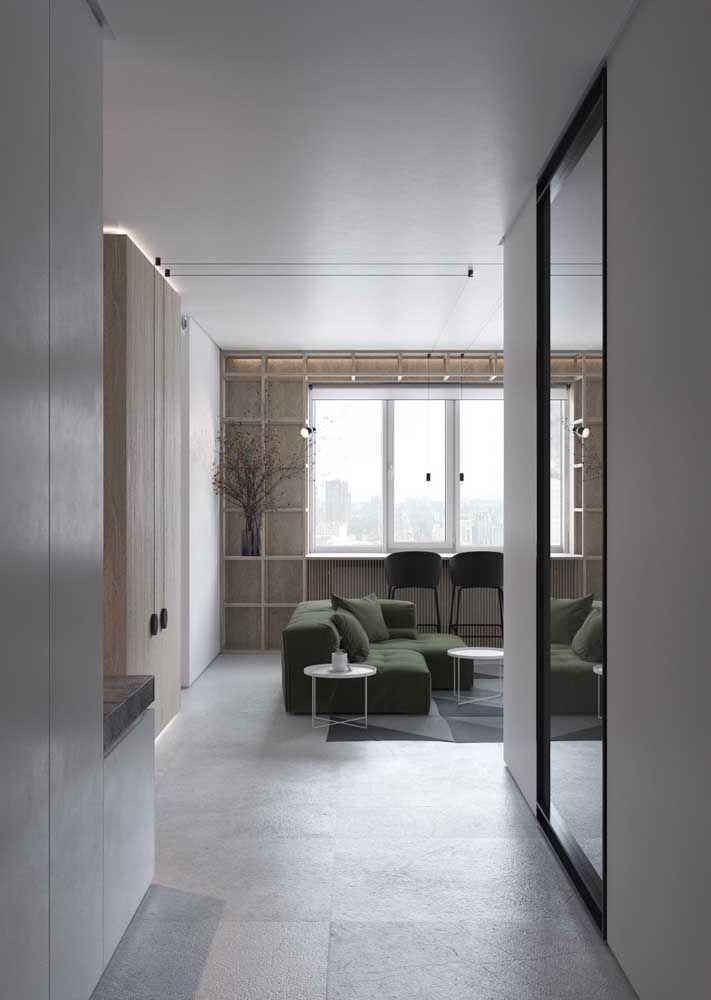 Sala com porcelanato acetinado, uma opção que deixa o brilho de lado