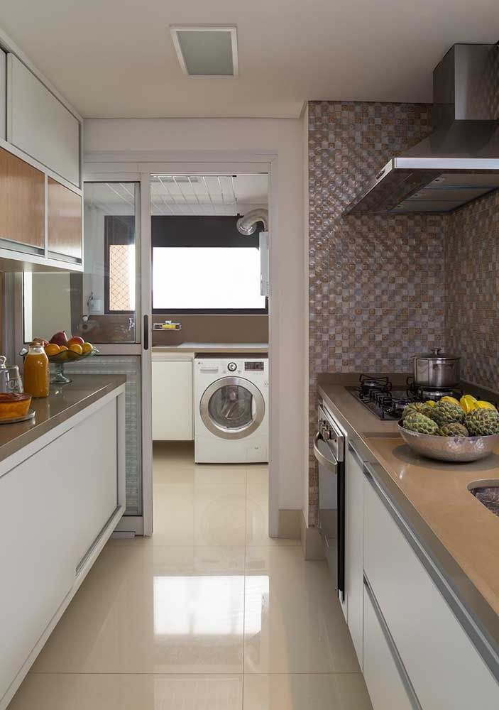 A cozinha ficou perfeita com a bancada em Marmoglass marrom claro