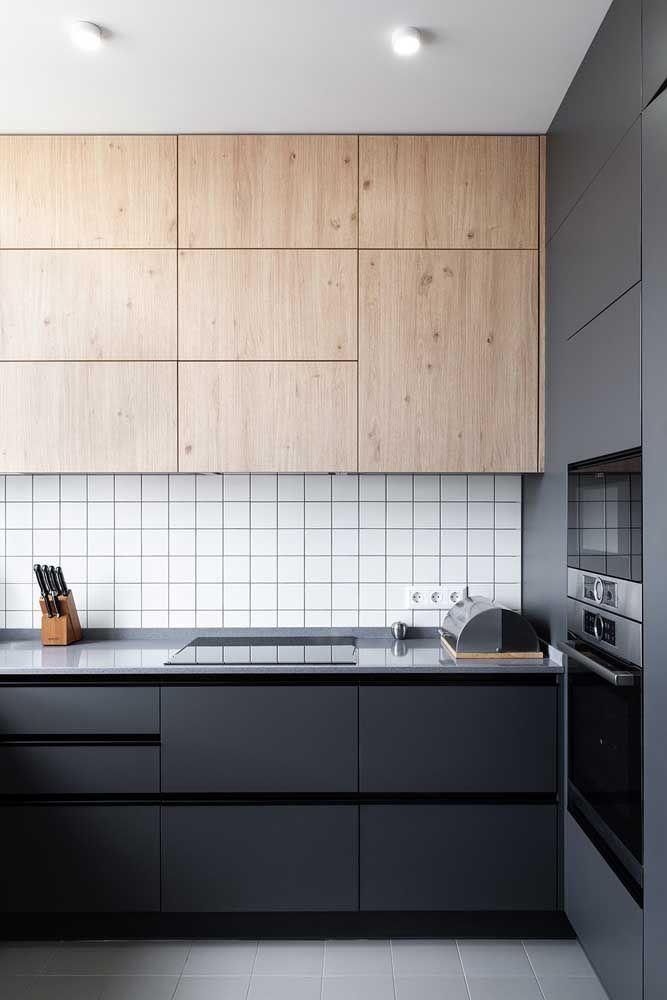 Cozinha moderna e sóbria com acabamento em marmoglass