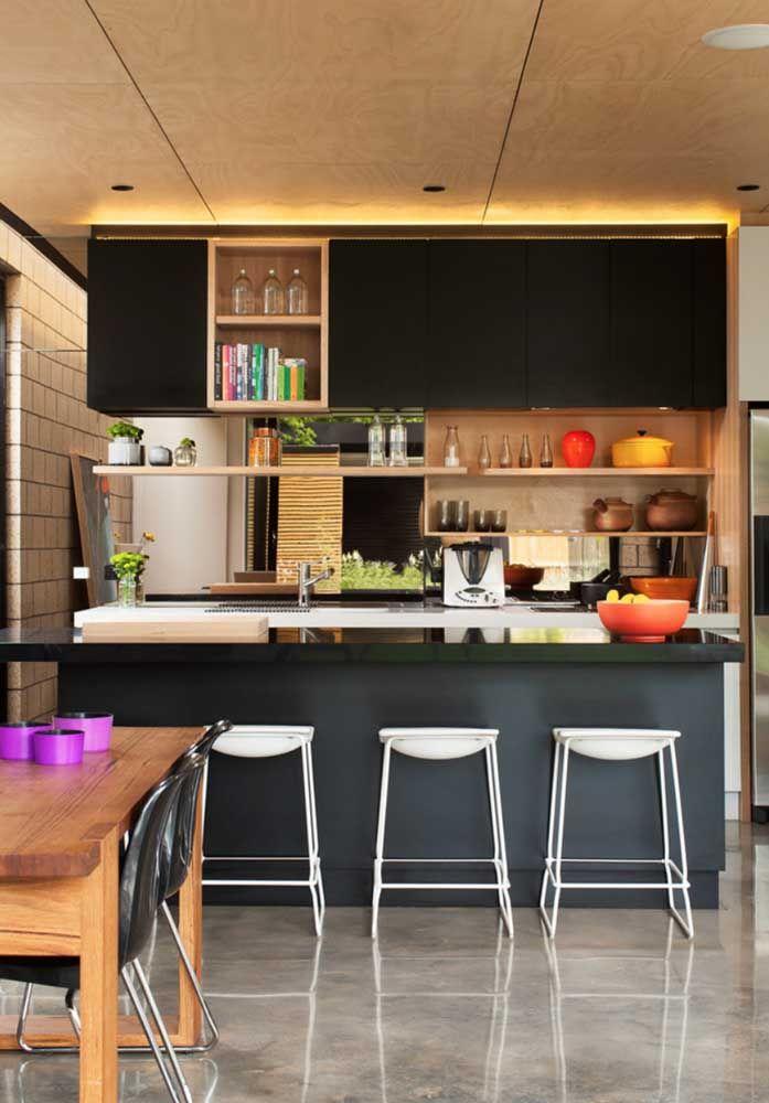 A cozinha americana ficou lindíssima com os detalhes da bancada em Marmoglass preto