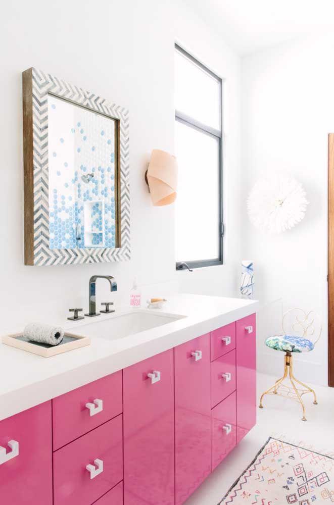 O banheiro ficou incrível com a aplicação do Marmoglass branco em contraste com o rosa dos armários