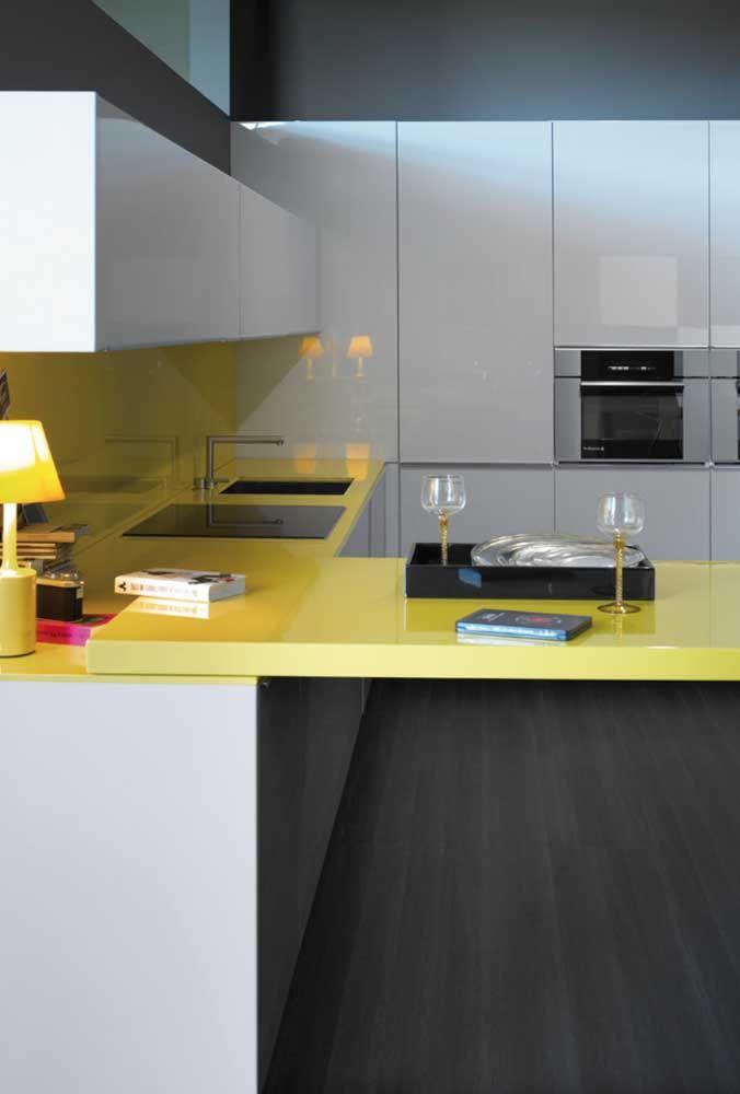 Pia e bancada em Marmoglass amarelo, destacando o potencial das cores quentes em ambientes interessantes, como a cozinha