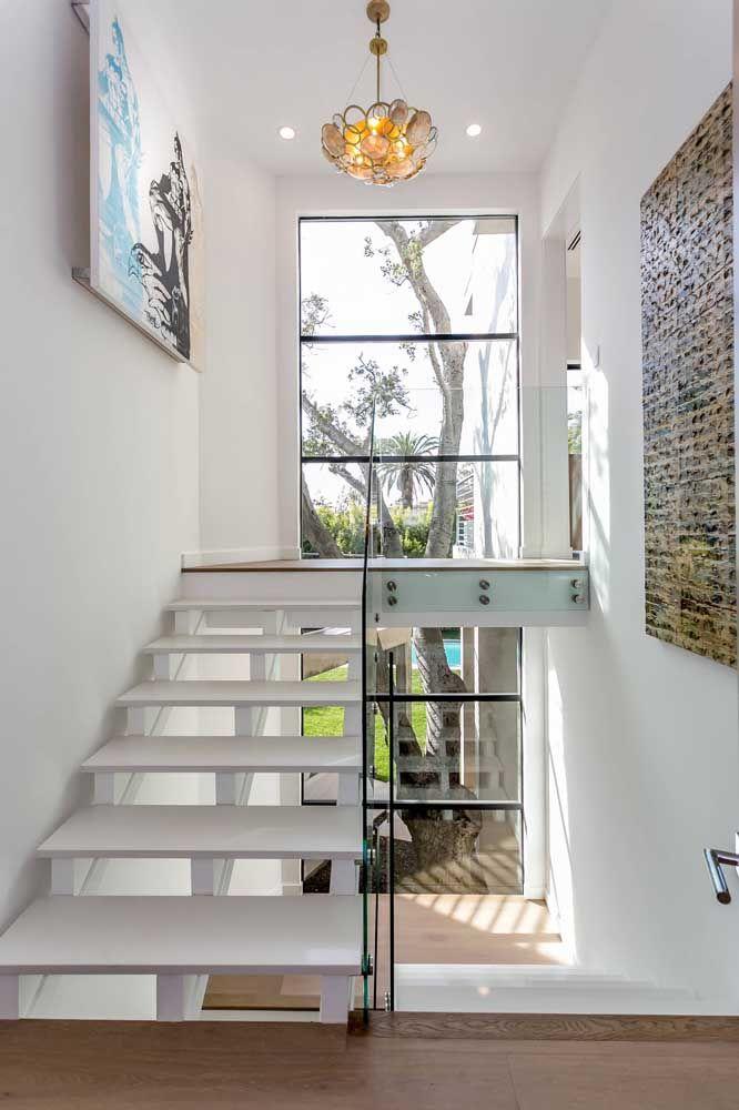 Não é só em bancadas e pias que você encontra o Marmoglass; aqui, a escada se tornou um espetáculo a parte com o revestimento