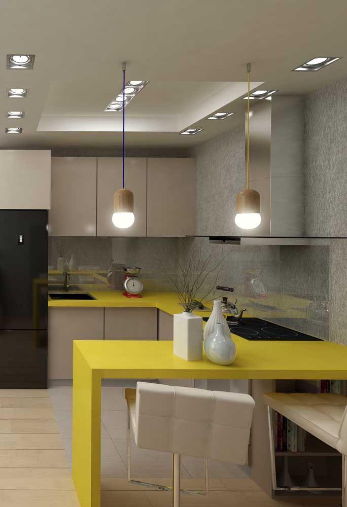 A extensão da bancada da cozinha americana ganhou a aplicação do Marmoglass amarelo para modernizar o espaço