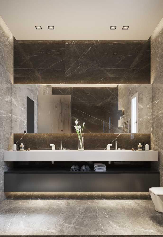 Bancada do banheiro em Marmoglass, contracenando com as paredes e piso em mármore