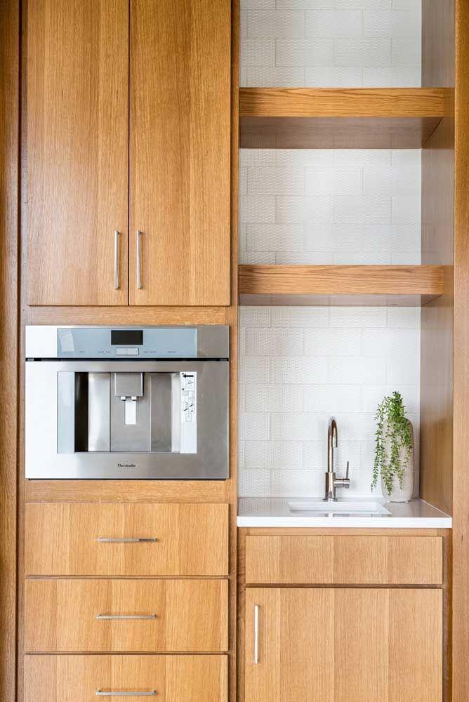 Mesmo os pequenos espaços podem ser agraciados com o Marmoglass, como no caso desta pequena pia na cozinha planejada em madeira