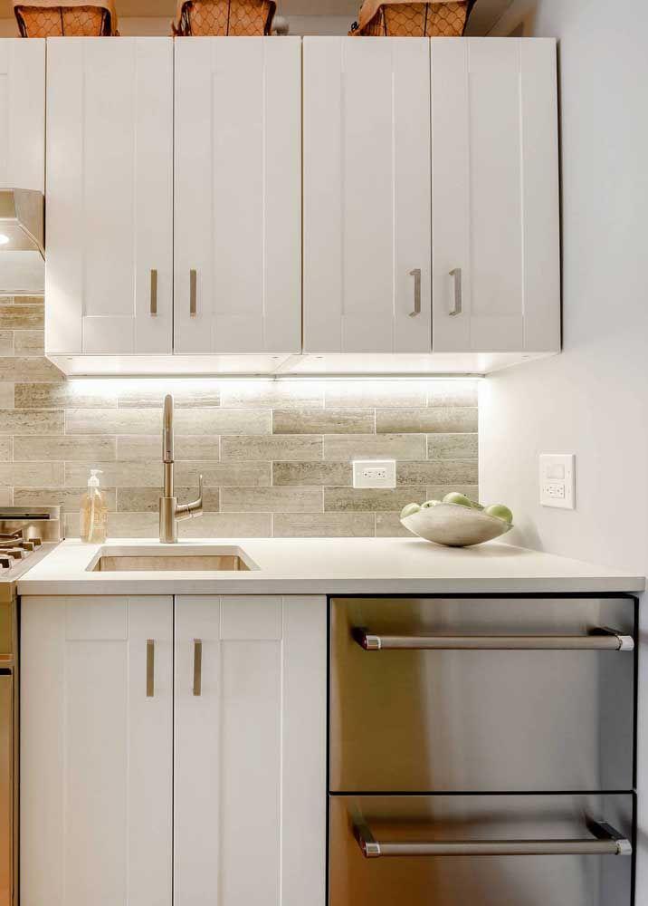 O pequeno balcão da cozinha foi valorizado com a aplicação do Marmoglass branco