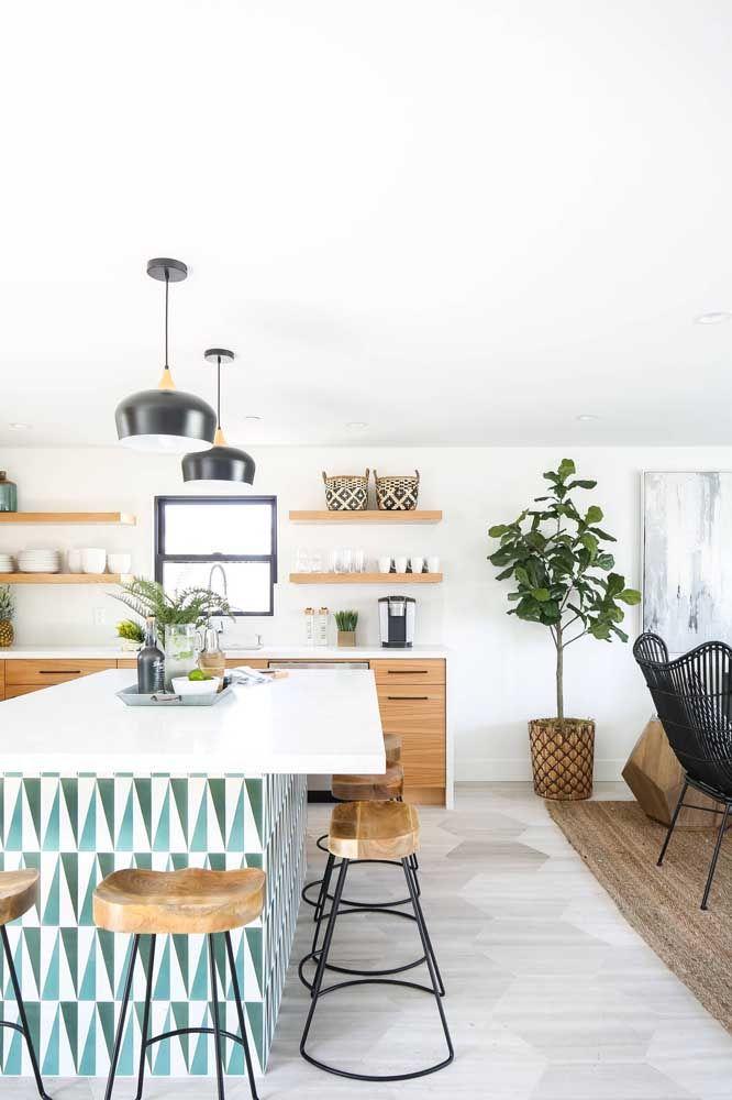 Inspiração de cozinha americana em ambiente integrado com bancada em Marmoglass