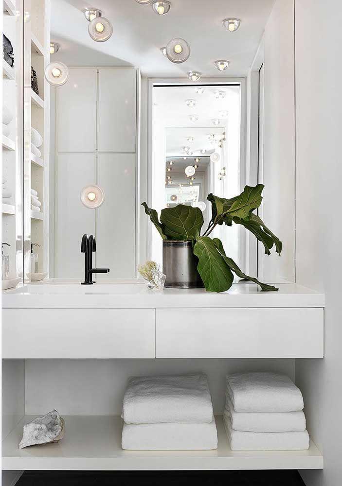 O banheiro clássico branco ficou ótimo com a bancada da pia em Marmoglass
