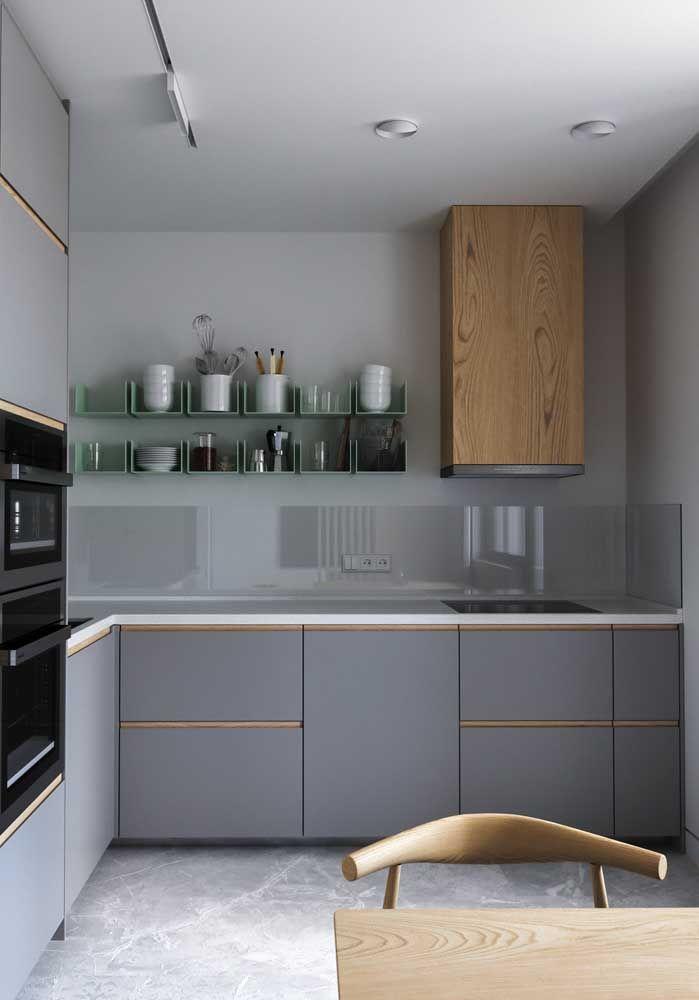 A parede e a bancada de Marmoglass garantem o destaque dessa cozinha cinza