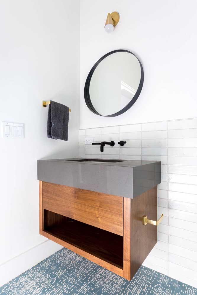 Marmoglass em cinza, modernizando a pia com bancada em madeira.