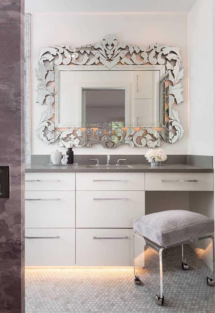 Marmoglass na pia do banheiro com detalhes provençais; a pedra vai muito bem do rústico ao clássico