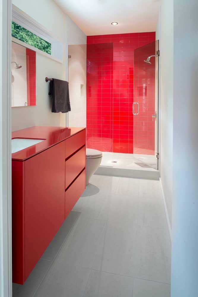 Bancada em Marmoglass vermelho para combinar com as gavetas e com o box super moderno