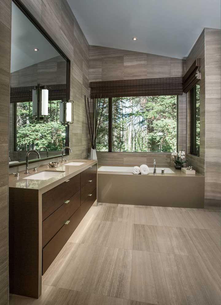 Marmoglass no acabamento da bancada da pia e da banheira, enchendo o ambiente de estilo