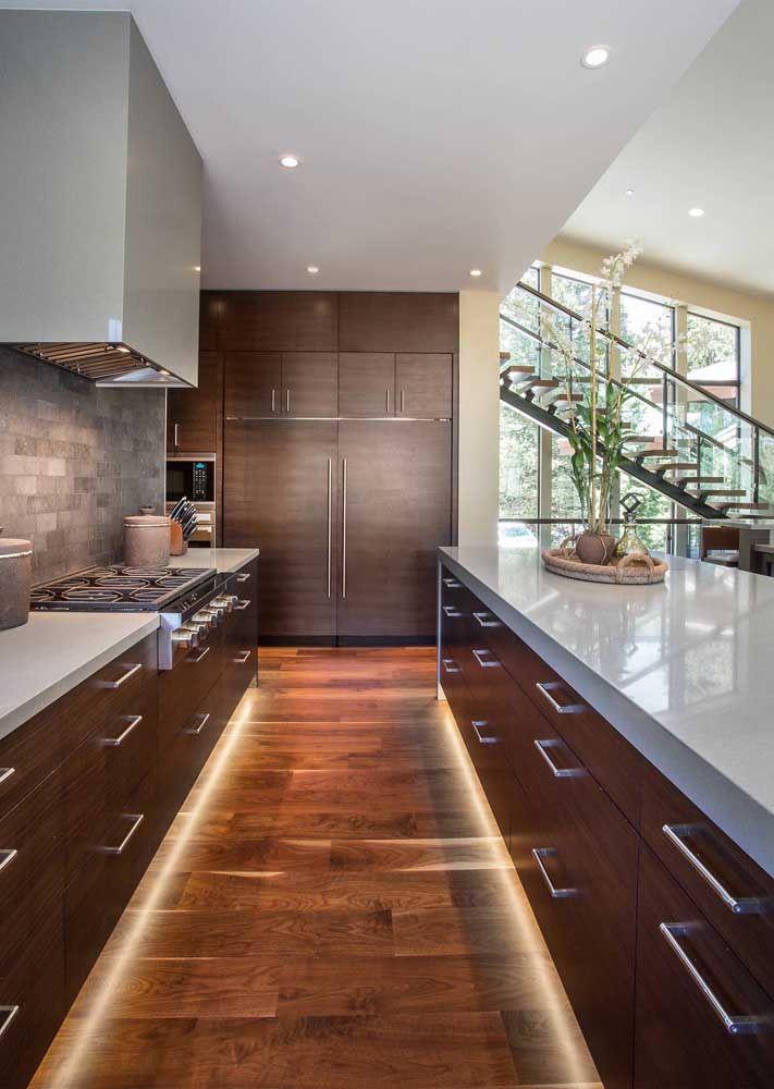 Bancadas da cozinha em Marmoglass branco; para ambientes que precisam de revestimentos resistentes e impermeáveis essa é a melhor opção