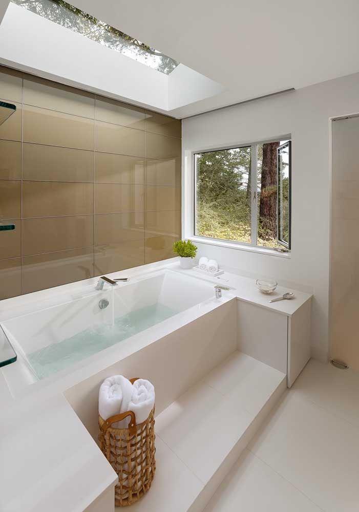 Revestimento da banheira em Marmoglass: o ambiente ficou clássico e a cor da pedra ajudou na propagação da iluminação natural do espaço