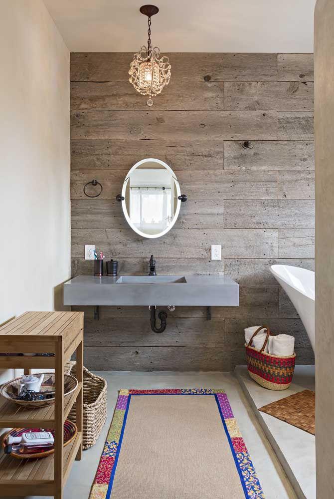 Banheiro no estilo rústico com bancada da pia em Marmoglass cinza: contraste de estilos