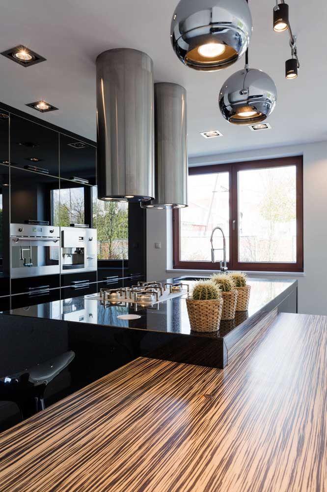 Cozinha com ilha em Marmoglass e madeira; facilidade na limpeza e beleza do ambiente realçada