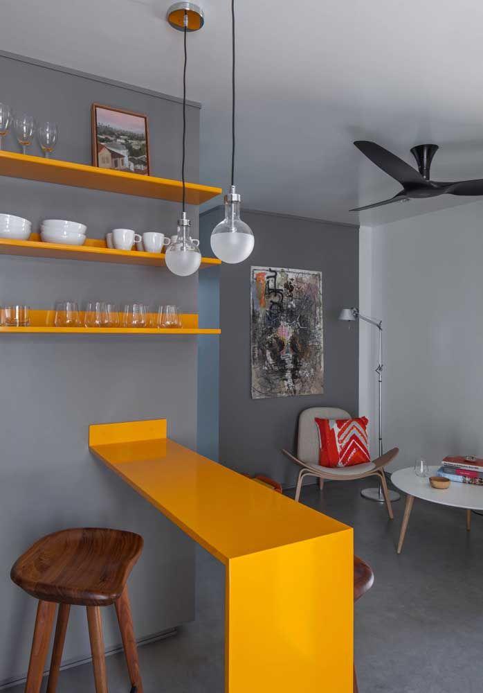 Bancada e prateleiras em Marmoglass amarelo; modernidade para a cozinha americana integrada à sala de estar
