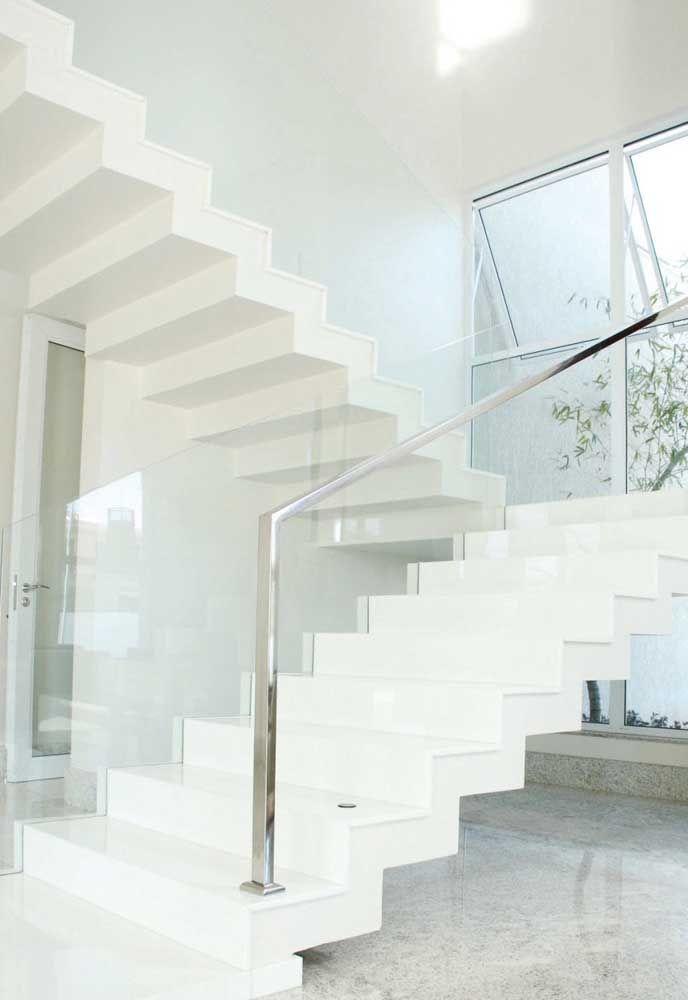 Um luxo de escada em Marmoglass: tecnologia especial, com inserção de cristais de vidro em sua composição