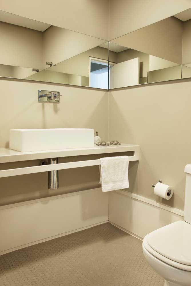 Bancada em Marmoglass branco para o pequeno lavabo: uma prova de que a pedra se encaixa nos mais variados tipos e tamanhos de ambientes