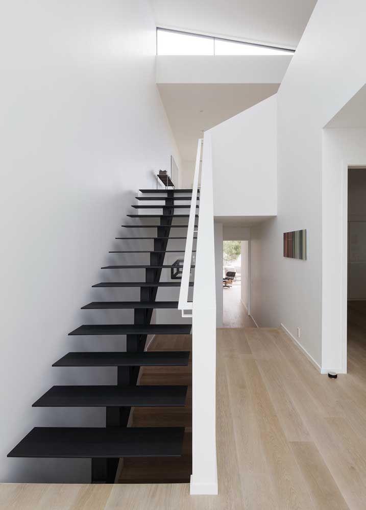 Escada com degraus vazados em Marmoglass preto; esse material também é resistente para escadas e para ser usados em ambientes externos