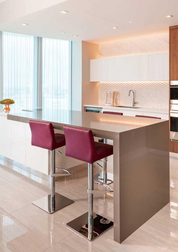 Bancada em Marmoglass bege para a cozinha moderna e cheia de estilo; no fundo é o Marmoglass branco que se destaca