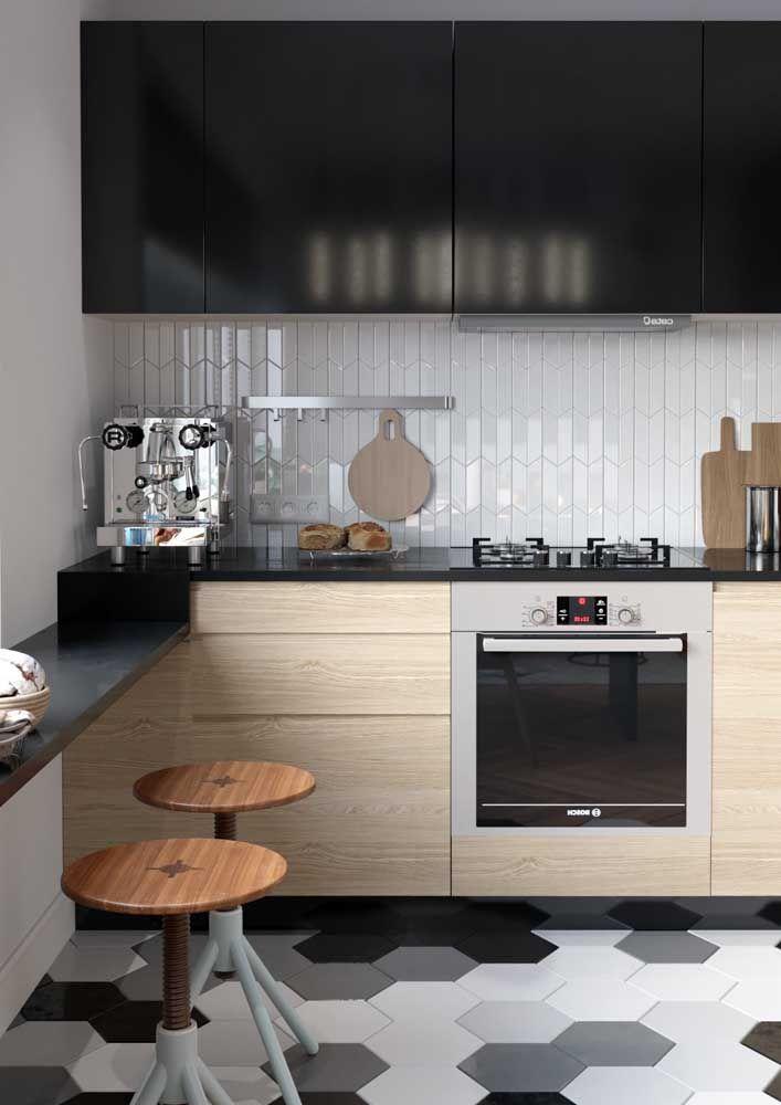 A cozinha ganhou outra cara com a aplicação do Marmoglass preto