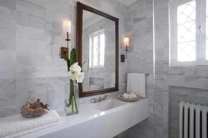 Acabamento incrível no banheiro com detalhes em revestimento que imita pedras naturais
