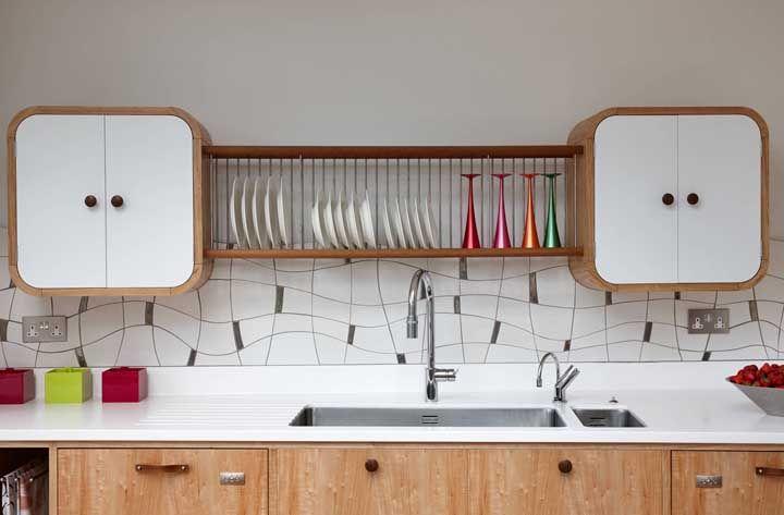 A escolha do Marmoglass para a cozinha descontraída foi mais que certeira; repare como o ambiente se completa com a pedra