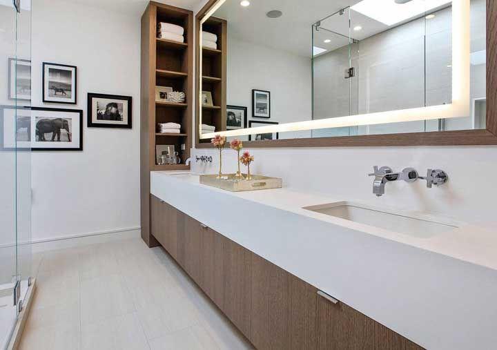 O Marmoglass ficou ótimo na extensa bancada do banheiro com armários em madeira