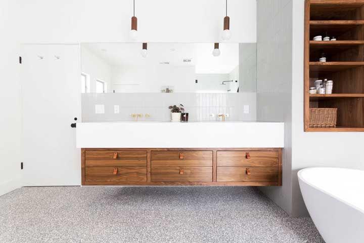 Banheiro com pia dupla e bancada de madeira para receber o Marmoglass como revestimento; escolha perfeita para o ambiente